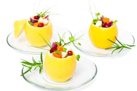 plato de comida: limones rellenos aislados con ensalada vegetariana