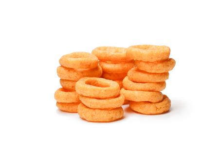 Aros de cebolla fritos crujientes aislados en blanco