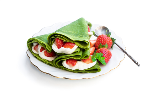 Matcha  green tea crepe with whipped cream and strawberry isolated on white 免版税图像