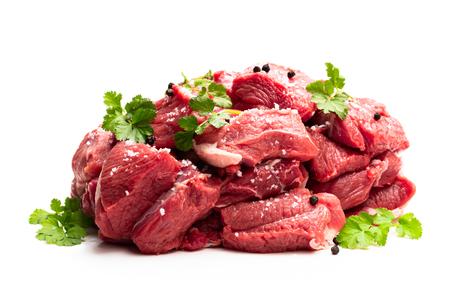 Viande de steak d'agneau désossée aux épices isolée sur blanc Banque d'images