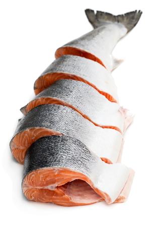 Salmón crudo entero fresco cortado en rodajas aislado en blanco