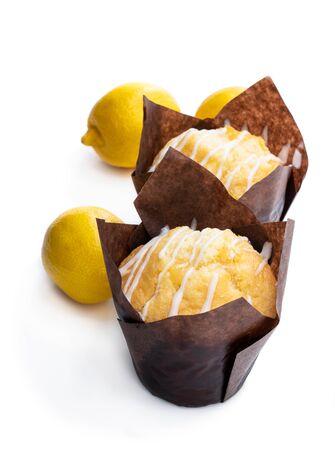 Muffin fatti in casa al limone isolati su bianco