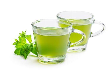 Grüner Minztee in klaren Glastassen isoliert auf weiß Standard-Bild