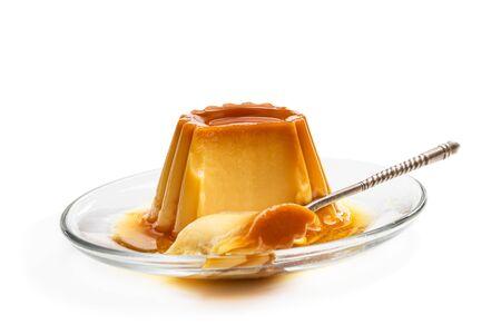 Pudding crème caramel isolé en blanc