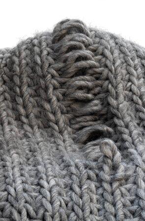 Textura de tejido gris claro con defecto de fabricación aislado en blanco