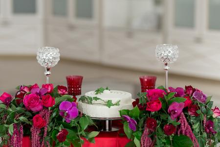Die Dekoration Der Hochzeit - Hochzeitstisch Für Zwei. Weißer Kuchen ...