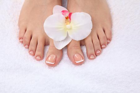 Beaux pieds avec spa parfait ongles pédicure française. Banque d'images - 42231125
