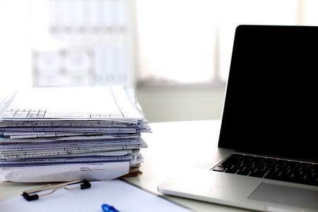 reporte: oficina de mesa de una pila de formularios de informes de trabajo de papel ordenador. Foto de archivo