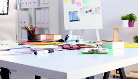 table de bureau avec notepad vierge et un ordinateur portable. Banque d'images