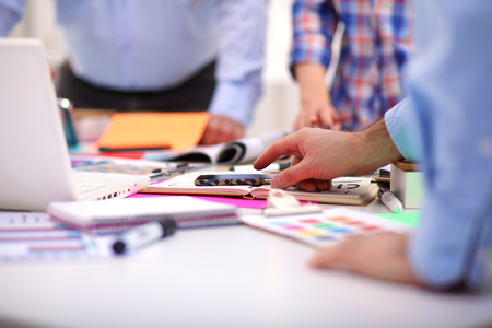 Mladí podnikatelé pracují v kanceláři na novém projektu.