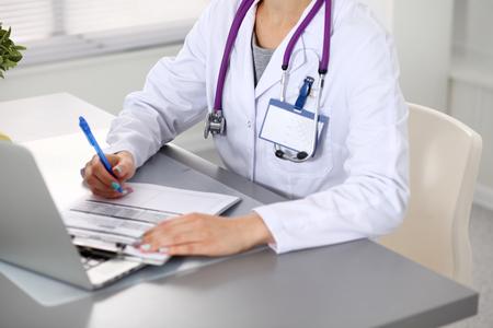 若い女医クローズ アップは、コンピューターで動作します。