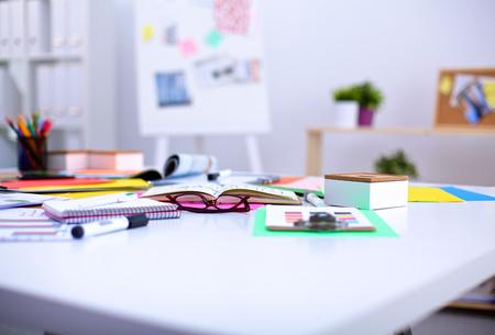 Table de bureau avec notepad vierge et un ordinateur portable. Banque d'images - 43501463