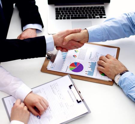handshake: apret�n de manos en la oficina.