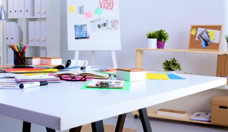 컴퓨터와 그의 책상에서 일하는 젊은 디자이너. 스톡 콘텐츠
