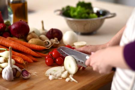 cocineros: Manos de cocinero que prepara la ensalada de verduras - disparo de cerca. Foto de archivo
