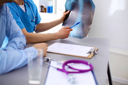 Arzt mit Stethoskop auf den Eintritt des Patienten an den Tisch. Standard-Bild - 43853824