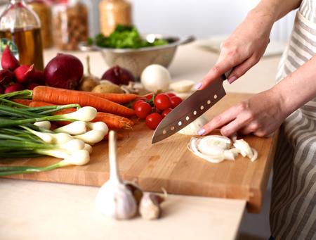 Kuchařské ruce připravuje zeleninový salát - detailním záběr.