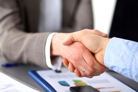Obchodní jednání u stolu třes rukou uzavření smlouvy. Reklamní fotografie