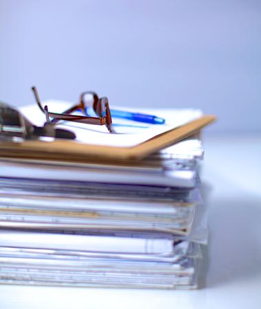 documentos: Gran pila de papeles, documentos en el escritorio.