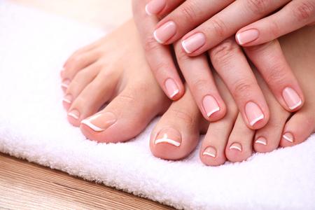 pedicura: Foto de cerca de un hermoso pies femeninos con pedicure rojo aislado en blanco.