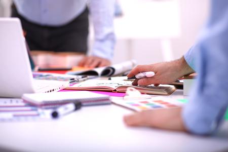 Close-up tří mladých kreativních designérů pracujících na projektu společně. Reklamní fotografie