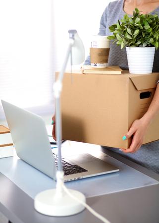 Bonne équipe de gens d'affaires mobiles de bureau, boîtes d'emballage, souriants.