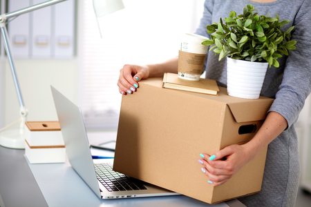 Šťastné tým podnikatelů pohybujících úřadu, balení krabice, s úsměvem.