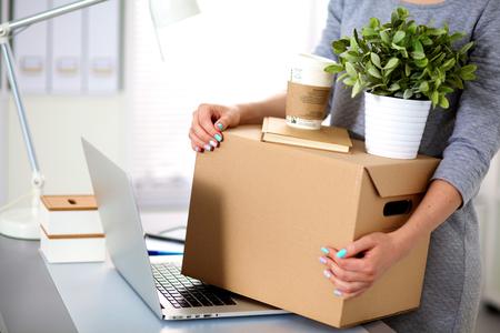 ビジネスマンのオフィス、梱包箱、笑顔の幸せなチーム。 写真素材