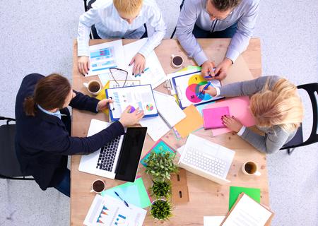 Pracovní setkání v pohledu desky stolu. Reklamní fotografie