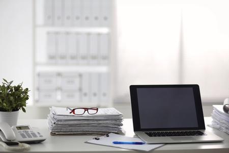 papeles oficina: oficina de mesa de una pila de formularios de informes de trabajo de papel ordenador. Foto de archivo