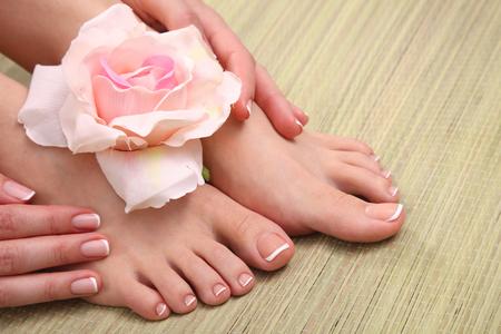 Beaux pieds avec spa parfait ongles pédicure française.