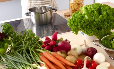 comidas saludables: Mujer joven que cocina en la cocina. Comida saludable.