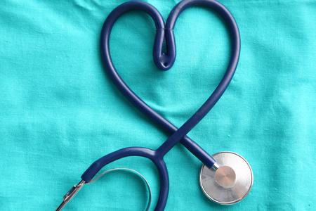 심장 및 의료 제복, 근접 촬영에 클립 보드를 형성하는 청진 기. 스톡 콘텐츠