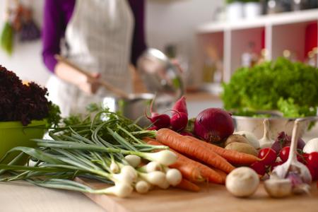부엌에서 요리 젊은 여자. 건강 식품. 스톡 콘텐츠