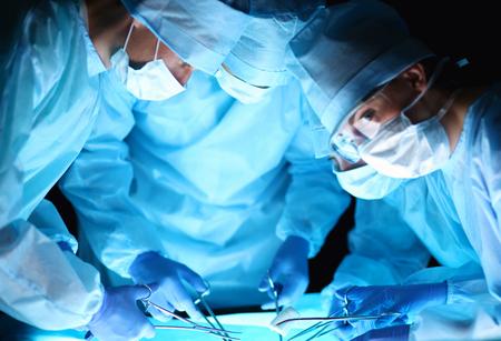 equipos medicos: Equipo de cirujanos en el trabajo en sala de operaciones.