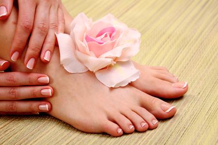 pedicura: Pies hermosos con spa perfecto francés pedicura uñas.