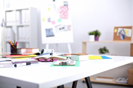 Desk umělce se spoustou papírnictví objektů. Studio zastřelil na dřevěném pozadí.
