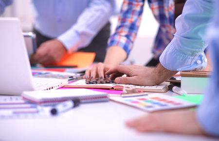 junge nackte frau: Close-up von drei jungen kreativen Designern arbeiten auf Projektbasis zusammen. Teamarbeit.