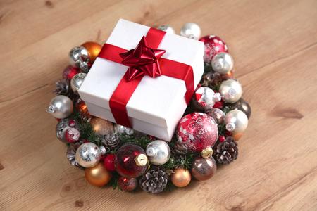 guirnaldas navideñas: un regalo que miente en las coronas de Navidad en la mesa de madera.