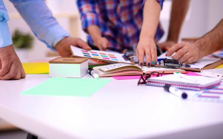 reunion de trabajo: Los jóvenes empresarios que trabajan en la oficina en nuevo proyecto.