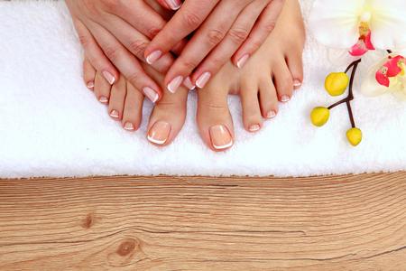 Krásné nohy s perfektní lázeňskou francouzská nehtů pedikúry.