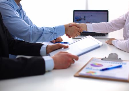 saludo de manos: Negocios apretón de manos. Dos hombre de negocios dándose la mano unos con otros en la oficina. Foto de archivo