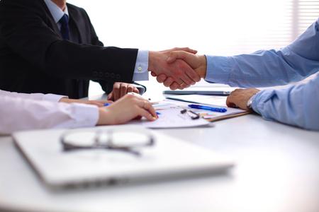 comercio: Negocios apretón de manos. Dos hombre de negocios dándose la mano unos con otros en la oficina. Foto de archivo