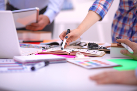 함께 프로젝트 작업 세 젊은 창조적 인 디자이너의 확대합니다. 팀 작업.