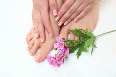 manos limpias: Foto de cerca de un hermoso pies femeninos con pedicure. Foto de archivo