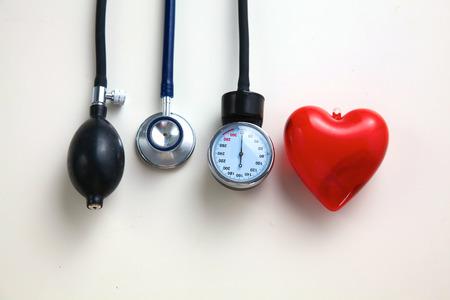 hipertension: Equipos médicos esfigmomanómetro aislado en blanco.