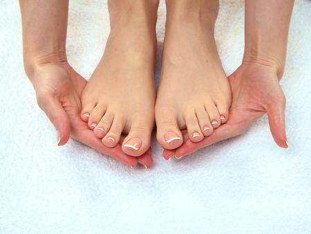 pedicura: Closeup photo of a beautiful female feet with pedicure.