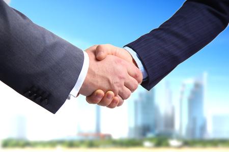 비즈니스 악수입니다. 사무실에서 서로 손을 흔들면서 두 사업가.