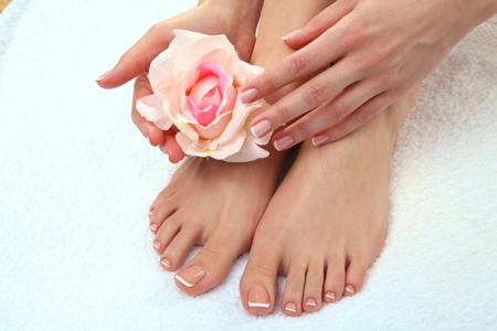 pedicura: Foto de cerca de un hermoso pies femeninos con pedicure. Foto de archivo