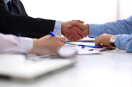apret�n manos: Negocios apret�n de manos. Dos hombre de negocios d�ndose la mano unos con otros en la oficina. Foto de archivo